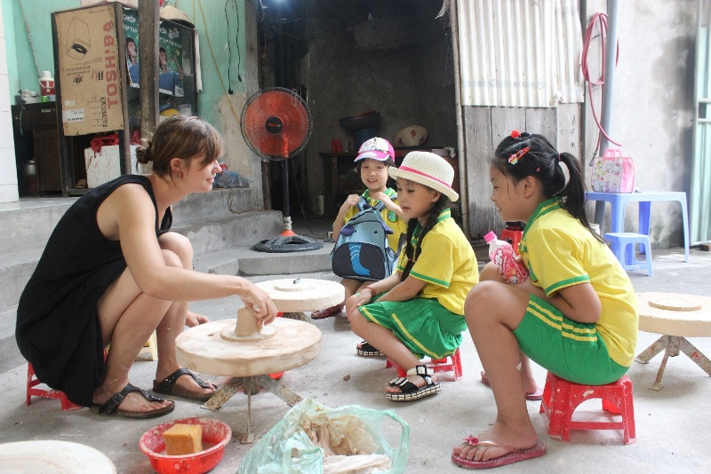 Chrilden learn to make pottery in Bat Trang Ceramic Village